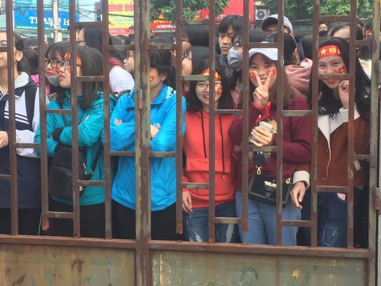 Khi thấy các cầu thủ di chuyển từ SVĐ Đô Lương đến Nhà thi đấu tỉnh Hải Dương, hàng trăm người hâm mộ đã hò hét sung sướng.
