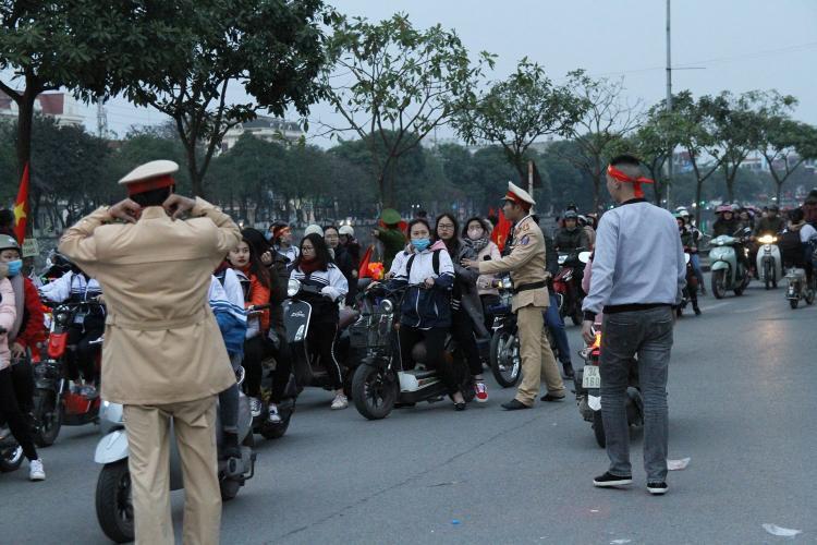 Khu vực gần nhà thi đấu tỉnh Hải Dương nơi vinh danh các cầu thủ dòng người mỗi lúc một đông nên lực lượng CSGT phải chốt chặn, phân luồng giao thông.