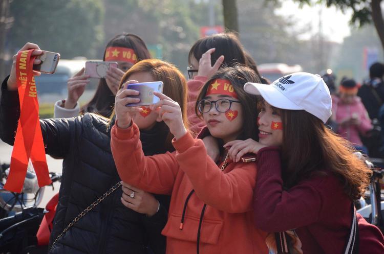 Nhiều cô gái đeo băng rôn, ghi lại khoảnh khắc đẹp. Với người dân Hải Dương ai ai cũng tự hào khi quê nhà có tới 4 cầu thủ đã thi đấu hết mình tại giải U23 Châu Á.