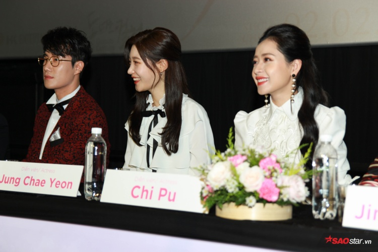 Clip: Chae Yeon dễ thương quay sang cầu cứu Chi Pu khi được đề nghị nói tiếng Việt