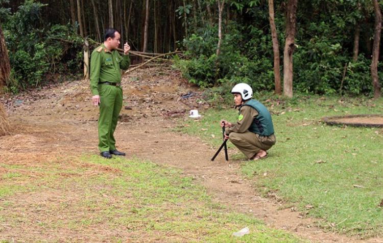 Công an huyện Phú Ninh bảo vệ hiện trường vụ án. Ảnh: Đ.X.