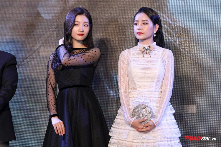 Đứng cạnh nhau trong suốt sự kiện, vẻ đẹp thánh thiện trong sáng của 2 mỹ nhân khiến mọi người không khỏi xuýt xoa.