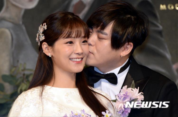 """Hình chụp tại hôn lễ của cặp đôi """"chú cháu"""", cả hai trông vô cùng hạnh phúc. Ảnh: NEWSIS"""