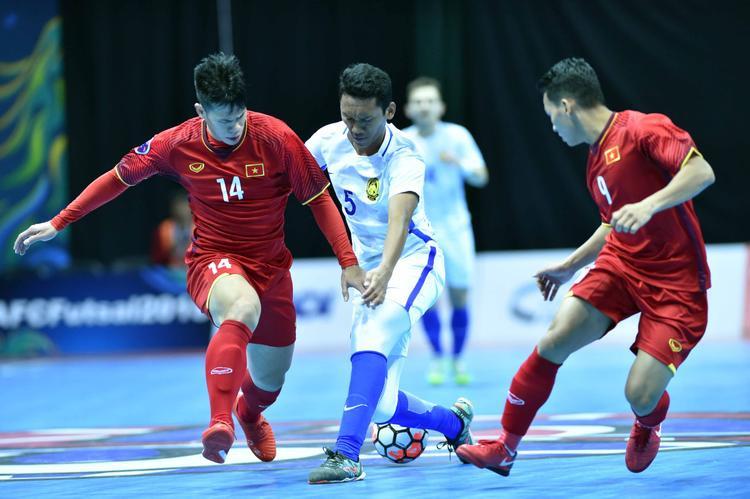 Dù là đội đã từng đánh bại tuyển Việt Nam nhưng các cầu thủ Malaysia lại chọn một lối chơi vô cùng tiểu xảo và xấu xí. Xuyên suốt trận đấu, Malaysia phải 3 lần nhận thẻ vàng. Hai tình huống đánh nguội vào mặt và một trong pha chùi bóng nguy hiểm từ sau lưng với cầu thủ Việt Nam.