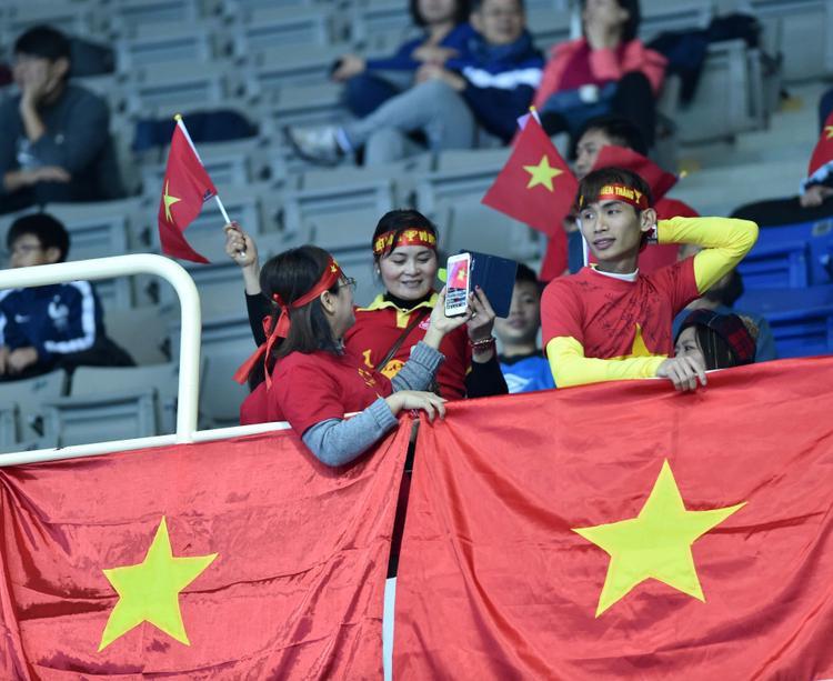 Dù thua trận, tuyển Việt Nam vẫn nhận những tràn pháo tay từ khán giả.