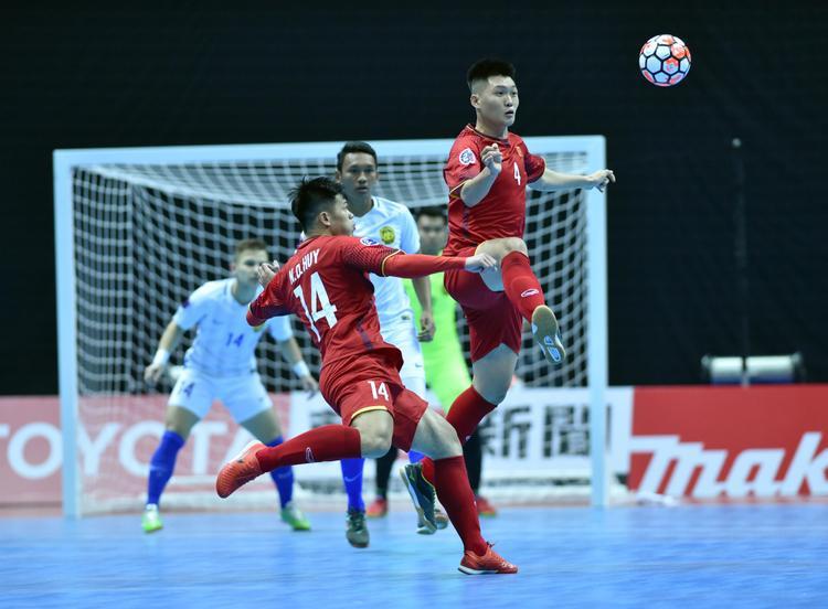 Sự cổ vũ này giúp các cầu thủ Việt thi đấu tự tin hơn trước đối thủ mà mình từng thảm bại. Trong hiệp 1, Việt Nam tạo ra nhiều cơ hội ngon ăn với thế trận có phần vượt trội so với đối thủ.