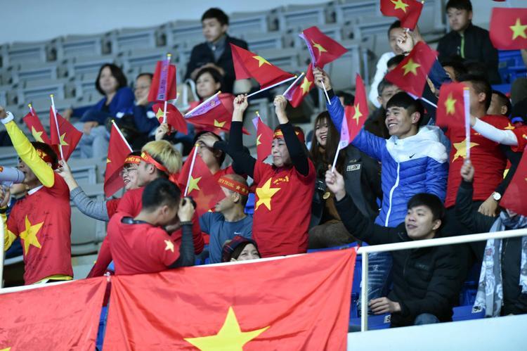 """Trên khán đài Nhà thi đấu Xinzhuang - Đài Loan, đông đảo kiều bào đã đến với cờ đỏ sao vàng, trống kèn…để """"tiếp lửa"""" cho đội bóng quê hương."""