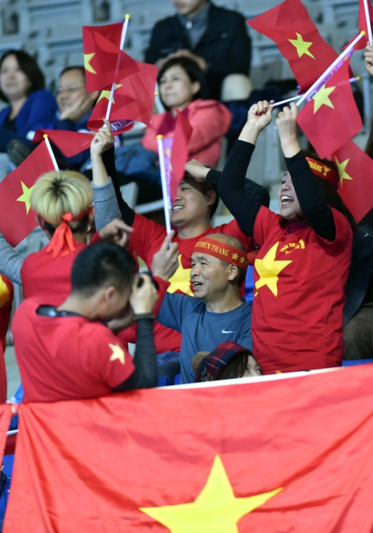 Các CĐV Việt Nam liên tục hò hét cổ vũ với không khí vô cùng sôi nổi khiến một số khán giả có cảm giác như đây là trận đấu trên sân nhà của đội bóng áo đỏ.