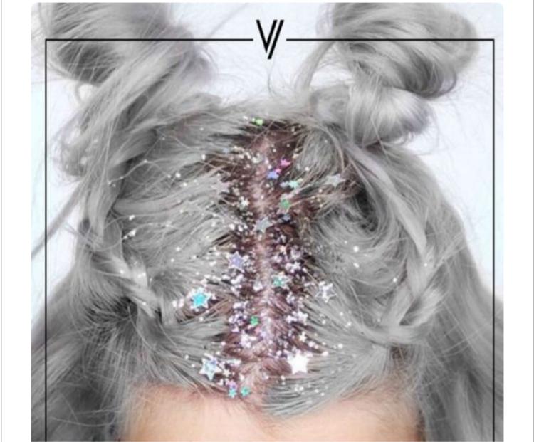 Tóc lấp lánh là sự lựa chọn hoàn hảo khi chụp ảnh. Tuy nhiên, chỉ có một điều ái ngại rằng, sau khi phủ lớp kim tuyến này lên trên đầu thì người mẫu làm cách nào để gỡ bỏ chúng?