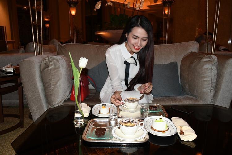 Người đẹp thích thú khi nhận ra, các món ăn ở đây cũng được trang trí bằng vàng.