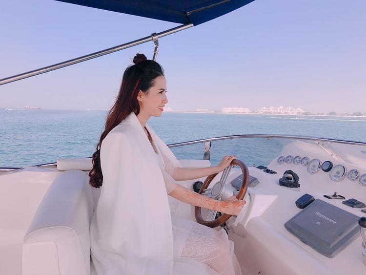 Người đẹp cũng tự tay lái tàu, tham quan thành phố Dubai.