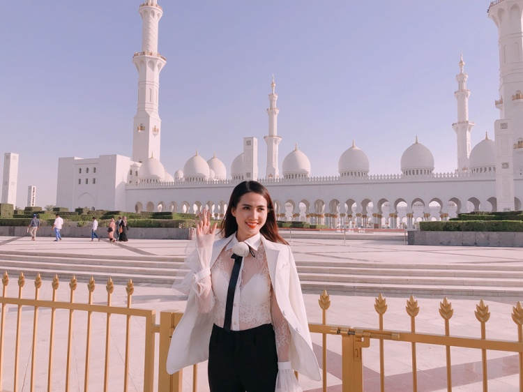 Chuyến du lịch này, nữ diễn viên lựa chọn street style toàn tông trắng, nhằm đem đến cho mình sự tao nhã, thanh lịch nơi nước bạn.