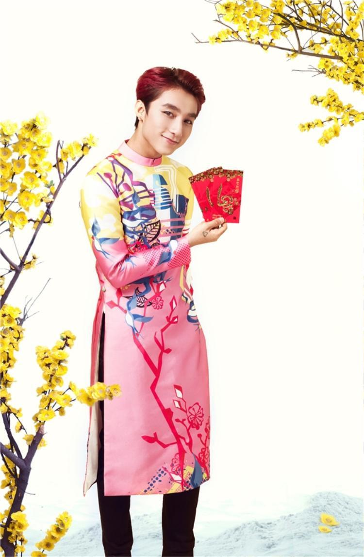 Nếu là một chàng trai thích sự năng động, trẻ trung, bạn có thể tham khảo mẫu áo dài màu hồng, xanh da trời cùng họa tiết nổi bật.