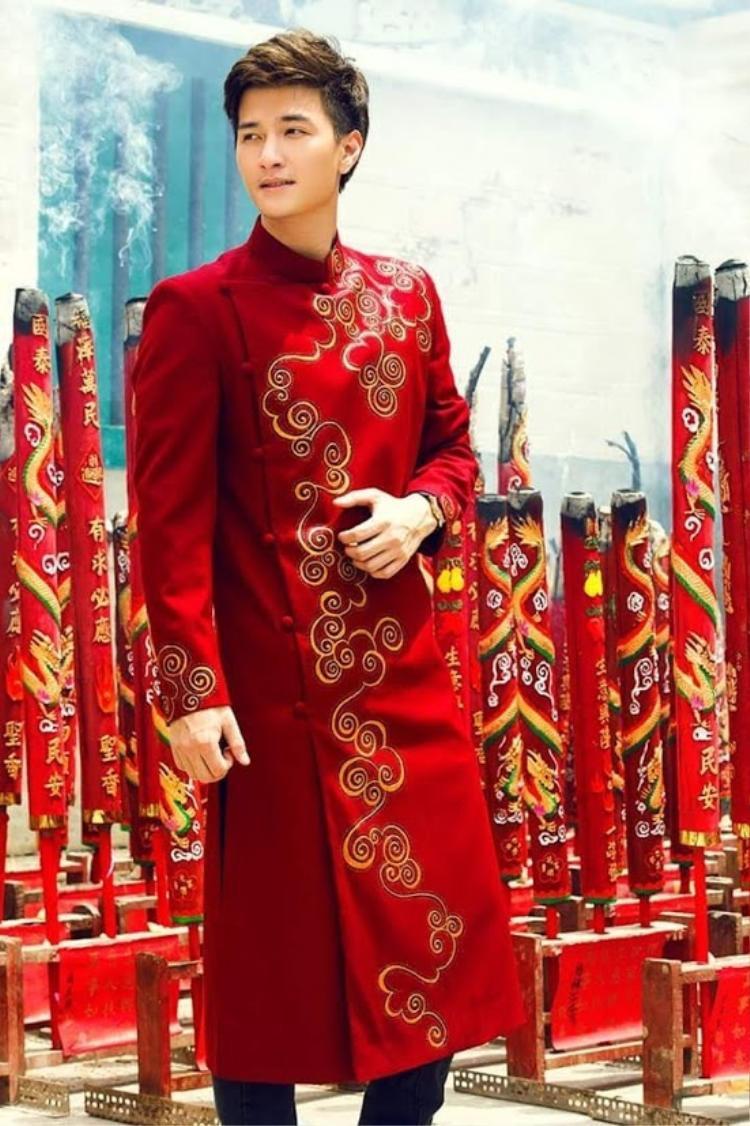 Độ dài của áo qua đầu gối hoặc ngắn đều tạo những hình ảnh mới trong những dịp khác nhau.