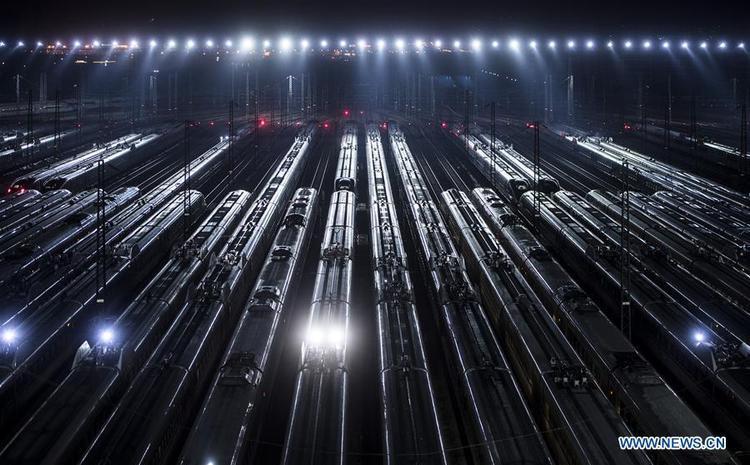 """Kỳ """"xuân vận"""" năm nay của người dân Trung Quốc bắt đầu từ ngày 1/2 tới ngày 12/3. Dự kiến, sẽ có 2,98 tỷ lượt đi trong suốt thời gian này, cao hơn 9,6% so với năm ngoái. Đây là áp lực rất lớn về giao thông tại Trung Quố trong dịp Tết, đặt ra yêu cầu tăng cường các chuyến bay và chuyến tàu."""