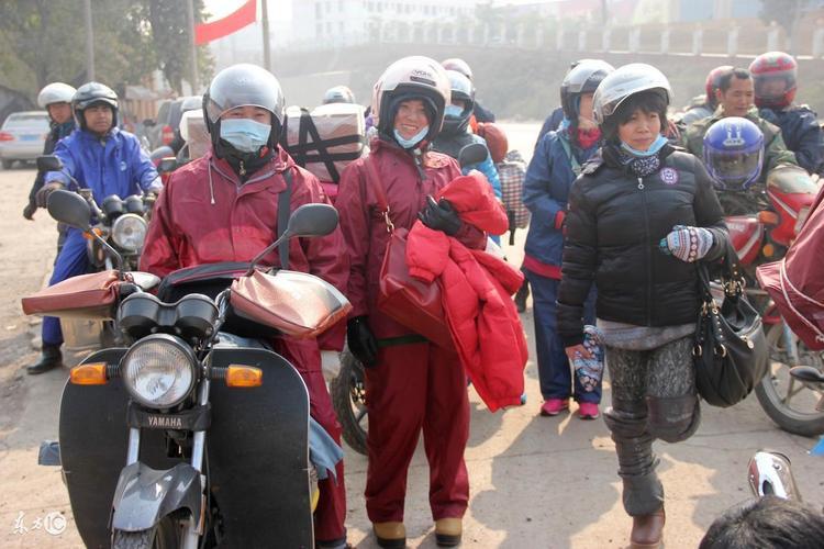 Để chuẩn bị cho cuộc hành trình dài ngày, mọi người đều mặc rất ấm, quấn kín từ đầu đến chân.