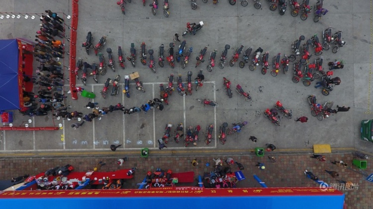 Hàng ngàn người đi xe máy từ Phật Sơn, Quảng Đông về quê ăn tết.