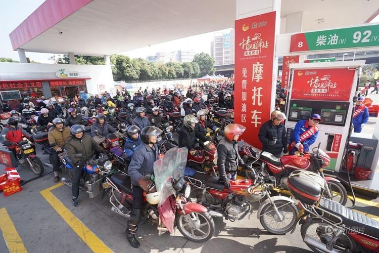 Họ tới các cây xăng để tiếp nhiên liệu, chuẩn bị cho cuộc hành trình dài. Theo thống kê, người dân di chuyển bằng xe máy nhiều nhất là ở Quảng Tây.