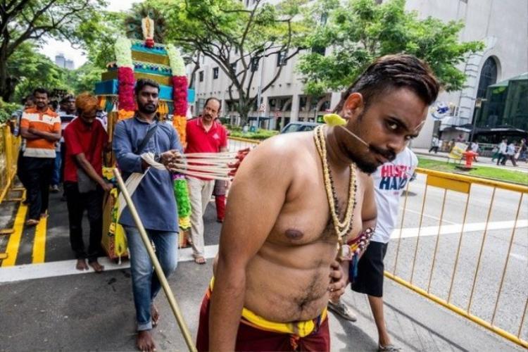 """Lễ hội Piercing Hindu được biết đến nhiều hơn với tên gọi """"lễ hội đau đớn"""". Hàng năm, mỗi khi đông về, người dân theo đạo Hindu tại Malaysia và Singapore sẽ """"rục rịch"""" tổ chức lễ hội. Trong dịp này, người tham gia sẽ bị gắn lên cơ thể những chiếc móc nhọn, vì tin rằng điều đó thể hiện sự tôn sùng của người tôn giáo và rửa sạch tội lỗi của họ. Tuy phải chịu đau đớn về thể xác, nhưng năm nào cũng có hơn 1.000 người tham dự lễ hội này."""