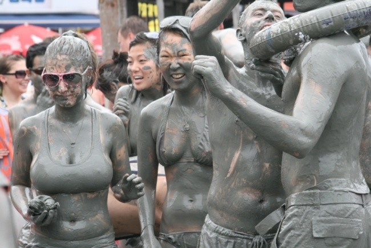 Lễ hội bùn Boryeongdiễn ra từ ngày 15/7 đến ngày 24/7 hàng năm, là lễ hội truyền thốngcủa người Hàn Quốc thường được tổ chức trên bãi biển Daecheon.Trong suốt những ngày diễn ra lễ hội, du khách khắp nơi trên thế giới sẽ tô vẽ cơ thể bằng bùn màu hoặc tìm cơ hội thành người may mắn trong cuộc thi đấu vật trên bùn. Lễ hội khép lại bằng những màn pháo hoa kỳ thú. Đây được coi làlễ hội không nên bỏ lỡ khi đến Hàn Quốc.