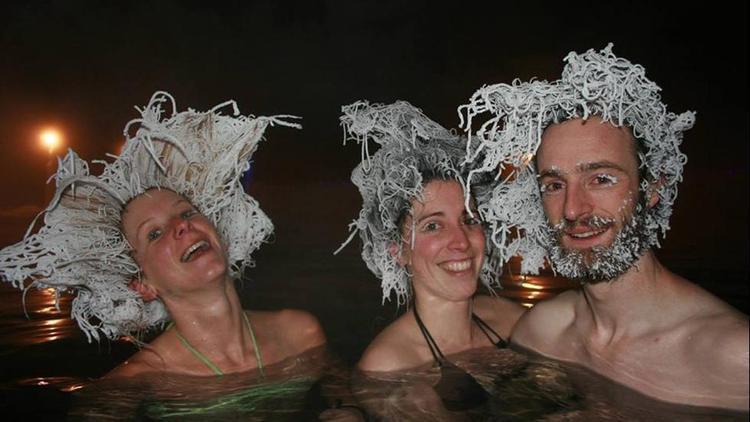 """Dưới cái rét âm độ tại Canada, vào mỗi dịp đầu tháng 2, người dân nước này không phân biệt giới tính hay tuổi tác sẽ tham gia lễ hội làm tóc đông lạnh tại hồ nước nóng Taknini, Yukon. Họ sẽ """"dìm"""" mái tóc của mình xuống dòng nước ấm, rồi vuốt ngược lên và cho mái tóc dần đóng băng khi tiếp xúc nhiệt độ lạnh giá ngoài không khí, trong khi toàn bộ cơ thể vẫn đang chìm dưới hồ. Lễ hội này luôn thu hút rất đông người dân và du khách quốc tế tham gia."""