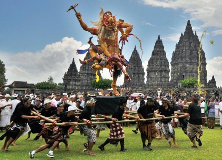 """Nếu người dân phương Tây đón năm mới trong không khí sôi động và náo nhiệt thì tại một hòn đảo xinh đẹp nhất thế giới, người dân lại chào đón ngày này theo một cách hoàn toàn trái ngược. """"Ngày im lặng"""" hay """"Nyepi"""" (theo tiếng Hindu) là sự kiện tôn giáo vô cùng quan trọng với 98% người dân theo đạo Hindu trên đảo thiên đường Bali, Indonesia.Vào ngày Nyepi, cả hòn đảo chìm trong im lặng, không một hoạt động nào được phép diễn ra. Người dân tại Bali phải tuân thủ 4 điều: không thắp lửa, không làm việc, không ăn uống, không nói chuyện mà chỉ ngồi tập trung suy nghĩ và cầu nguyện cho một năm mới."""