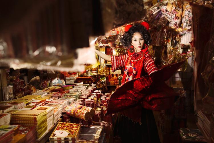 Họa tiết viền sọc ở phần tay được đính kết tỉ mỉ, thực hiện thủ công nhằm thể hiện sự đặc trưng về trang phục của đồng bào La Hủ. Form dáng mang hơi hướng trang phục áo dài cách điệu kết hợp với váy nhung mang nét đặc trưng mạnh mẽ của trang phúc Á Đông.