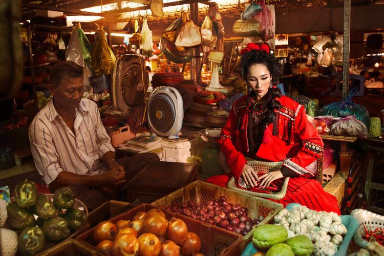 """Trang phụccó tone màu chính là đỏ tươi lấy cảm hứng từ trang phục truyền thống trong ngày cưới của dân tộc Pà Thẻn - một dân tộc ở vùng Tây Bắc Việt Nam. Màu đỏ là màu tượng trưng cho sự no đủ, giàu có, màu đỏ cũng thể hiện tục """"nhảy lửa""""- một trò chơi truyền thống của người Pà Thẻn."""