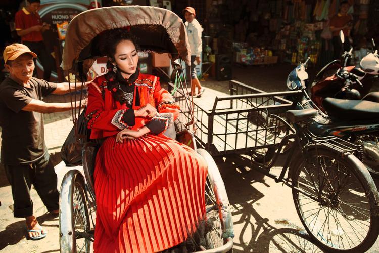 Form dáng của trang phục cũng lấy cảm hứng từ chính trang phục truyền thống: áo ngắn đến ngang bụng và váy xếp plis,…