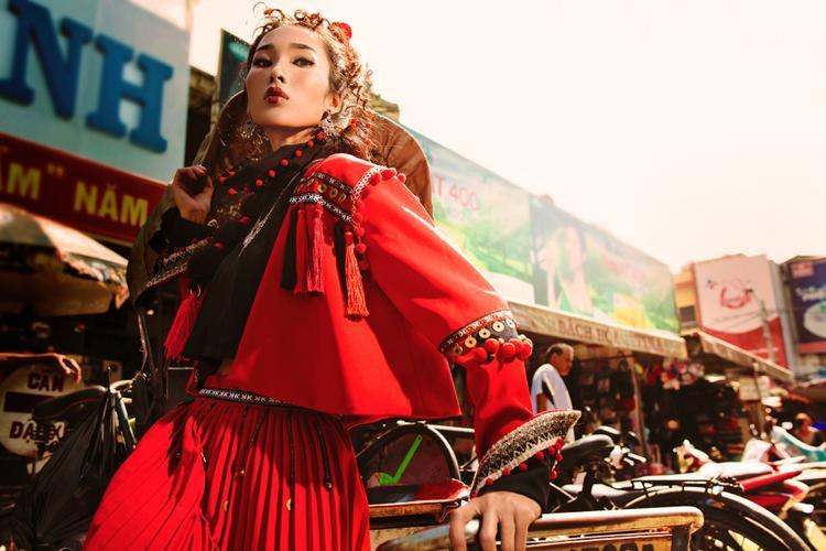 Trên trang phục được phối với những chùm sợi chỉ nhiều màu và đồng xu (những nguyên liệu trang trí chính trên trang phục dân tộc của người Pà Thẻn).