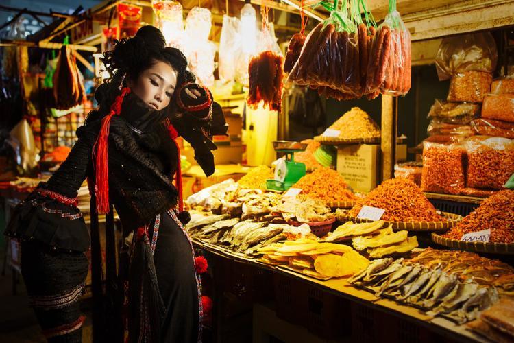 Ngoài ra còn kết hợphoa thêu tay tạo nên đặc trưng của trang phục đồng bao dân tộc.