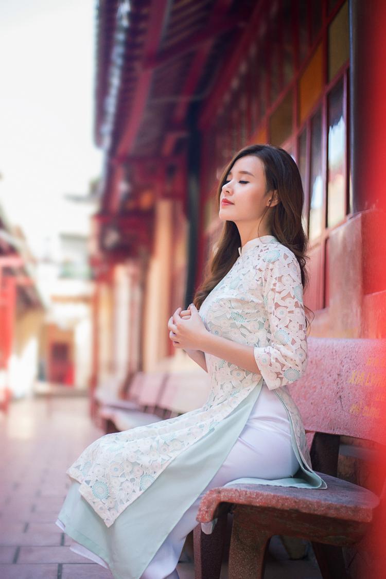 Áo dài voan lưới có ngoài ưu điểm là sự khác biệt còn có nét sang trọng, gợi cảm đặc trưng. Trong tà Áo dài Midu là chiếm được cảm tình của công chúng bởi gương mặt xinh xắn, cũng như phong cách trẻ trung, nhẹ nhàng và hiện đại.