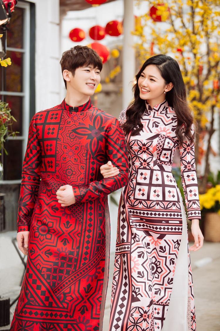 Shin Huyn Woo là ca/nhạc sĩ người Hàn Quốc, được biết đến qua chương trình truyền hình ăn khách I can see your voice. Mới đây, khi đến Việt Nam và có cơ hội làm việc chung với Thanh Tú,cả hai quyết định thực hiện bộ ảnh chào xuân trong trang phục áo dài truyền thống.