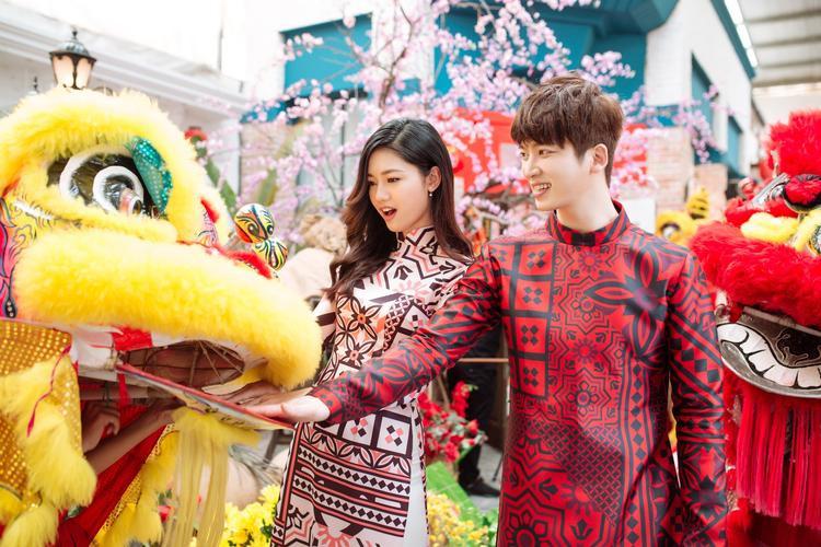 Cả hai trông vô cùng rạng rỡ khi khoác lên mình trang phục truyền thống của dân tộc Việt Nam.