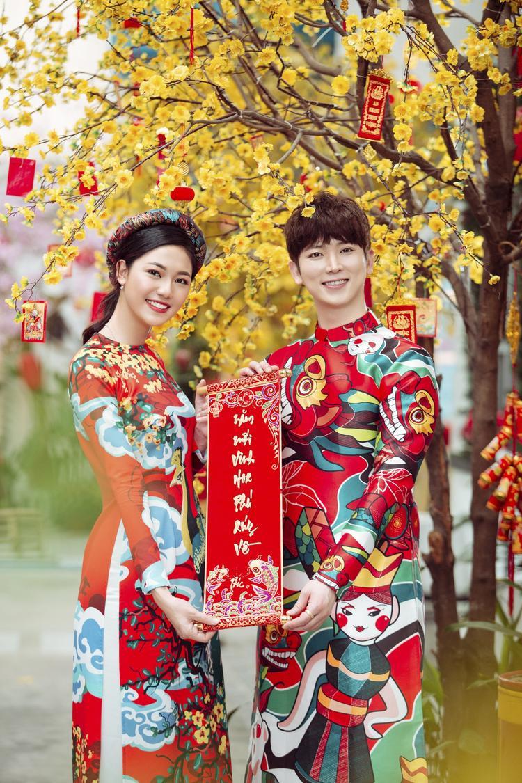Á hậu Thanh Tú tươi như hoa bên ca sĩ I can see your voice trong bộ ảnh Tết