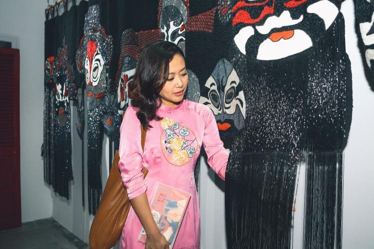Diễn viên Hồng Ánh nâng niu những tác phẩm về hát Bội.