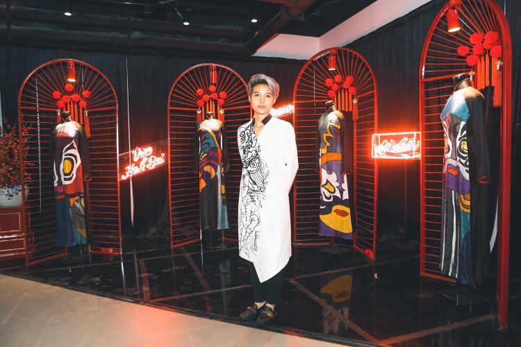 Vũ Cát Tường diện trang phục độc đáo đến xem triển lãm.