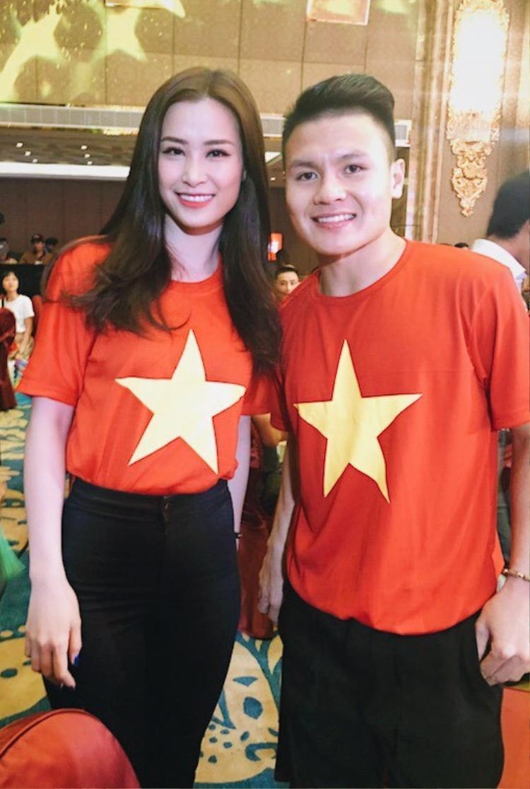 Đông Nhi chụp ảnh cùng cầu thủ Quang Hải.