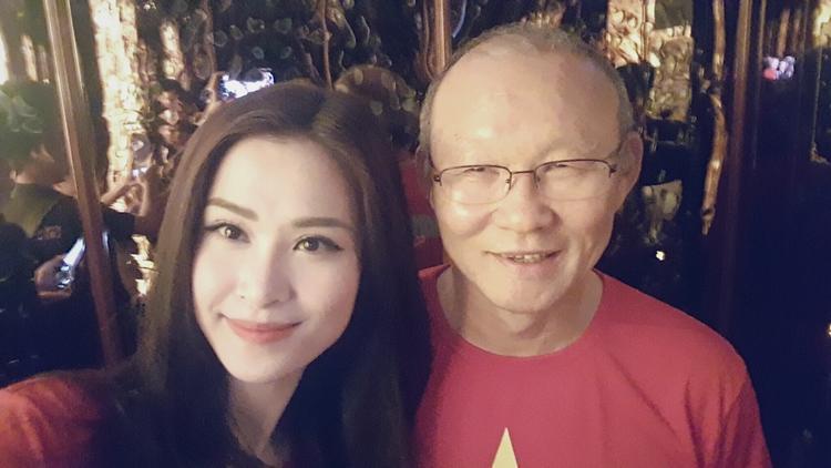 """Trong hậu trường, cô còn tranh thủ selfie cùng HLV Park Hang Seo và khoe trên Fanpage của mình. """"Đã gặp được người đàn ông quyền lực, tài năng và đáng nể Park Hang Seo"""" - nữ ca sĩ chia sẻ."""
