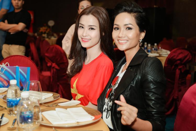 Bên cạnh đó, Đông Nhi còn gặp gỡ Hoa hậu H'Hen Niê trong dịp này.