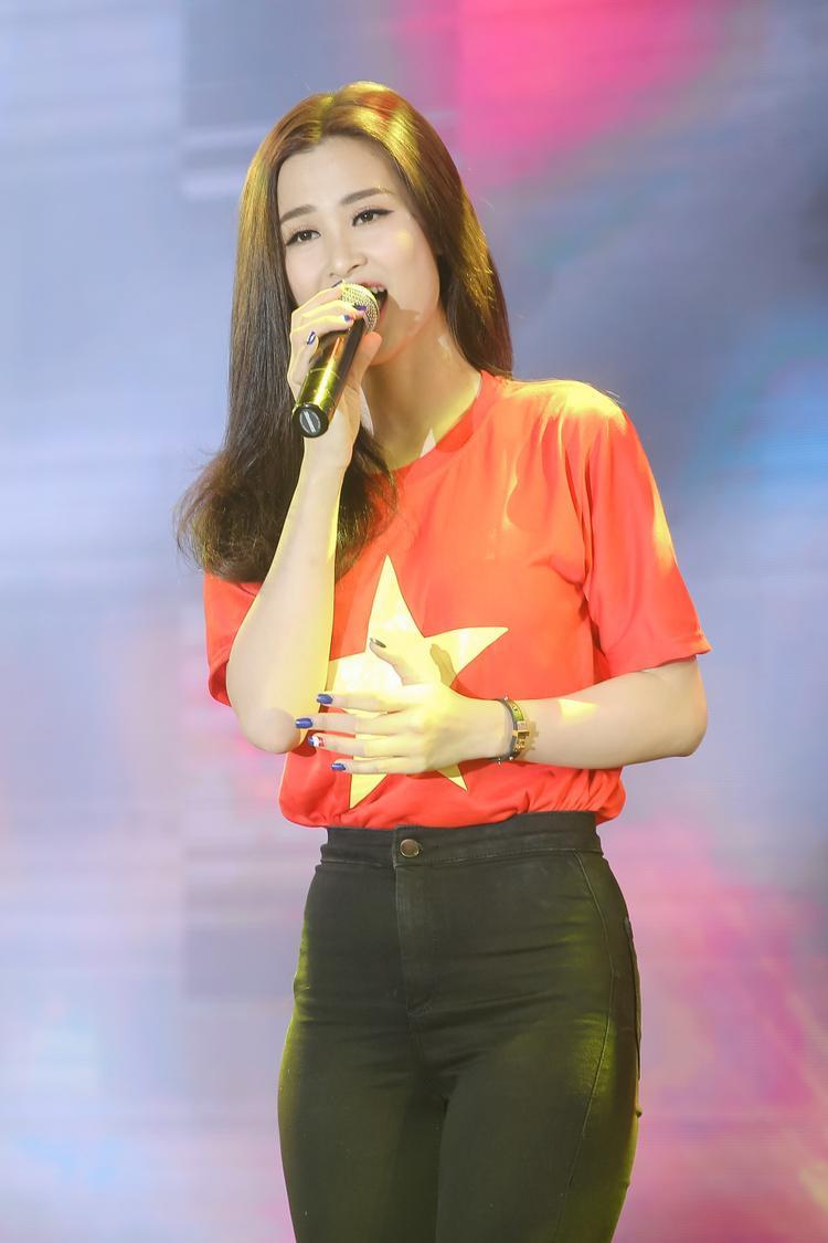 Diện áo cờ đỏ sao vàng giản dị, Đông Nhi hào hứng hội ngộ HLV Park Hang Seo và cầu thủ Quang Hải