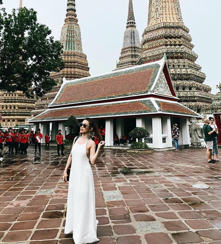Sỹ Thanh lựa chọn 1 chiếc váy dài có phần ngực trễ nải trong chuyến du lịch Thái Lan hồi tuần qua. Cô nàng cũng phối cùng kính mát bản to tạo điểm nhấn, khiến set đồ thêm thời thượng, bớt đơn điệu.
