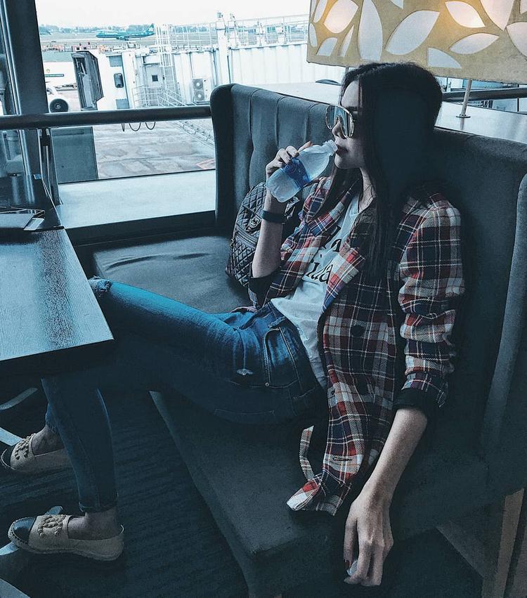 Thanh Hằng tiếp tục trung thành với chiếc kính mát độc, lạ hiệu Gentle Monster của mình. Siêu mẫu phối cùng áo phông, quần jeans và áo blazer họa tiết ca-rô. Set đồ đơn giản nhưng được nâng tầm lên rất nhiều với những phụ kiện đắt giá như giày loafer Gucci, ba lô da bê của Chanel.