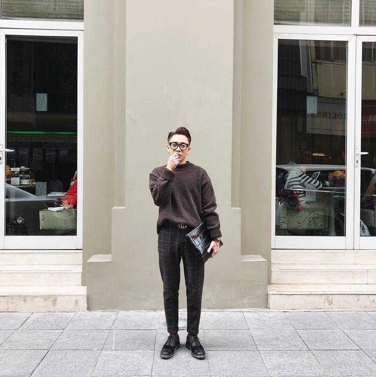 Trung thành với phong cách thanh lịch, stylist Hoàng Ku lựa chọn set đồ gồm áo sweater chất liệu dệt kim và quần tây kẻ ca-rô. Ngoài ra, cách lựa chọn mặt dây lưng với đồng hồ cùng tông vàng ánh kim cực kì tinh tế cũng là 1 chi tiết các tín đồ thời trang có thể học hỏi.