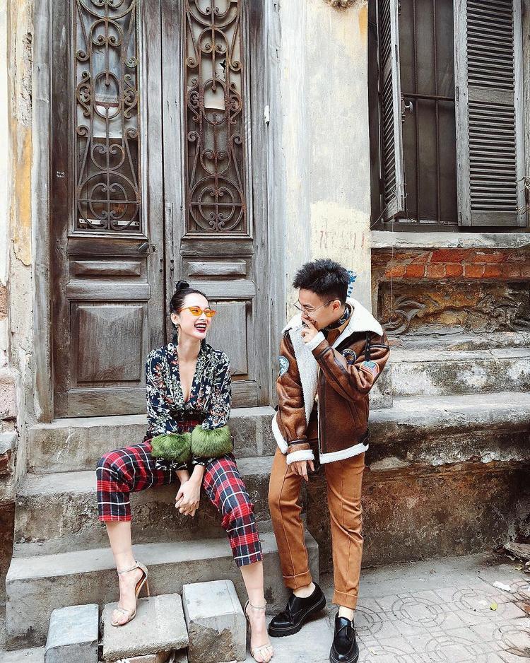"""Xuống phố cùng bạn bè, Angela Phương Trinh cũng lựa chọn trang phục có phối lông. Chiếc áo lụa trễ nải có phối lông hai bên tay khiến cô nàng trông nhẹ nhàng, tươi tắn hơn, kết hợp cùng quần ca-rô đỏ và kính mắt mèo, nữ diễn viên """"Người mẹ nhí"""" """"sáng bừng"""" cả góc phố."""
