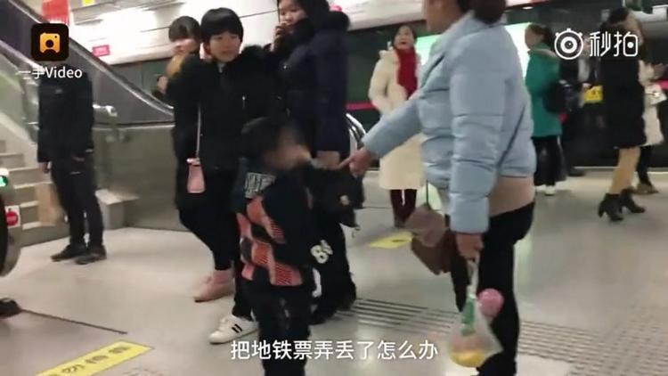 Nhiều người cảm thấy lo lắng khi em bé bị mẹ đánh.