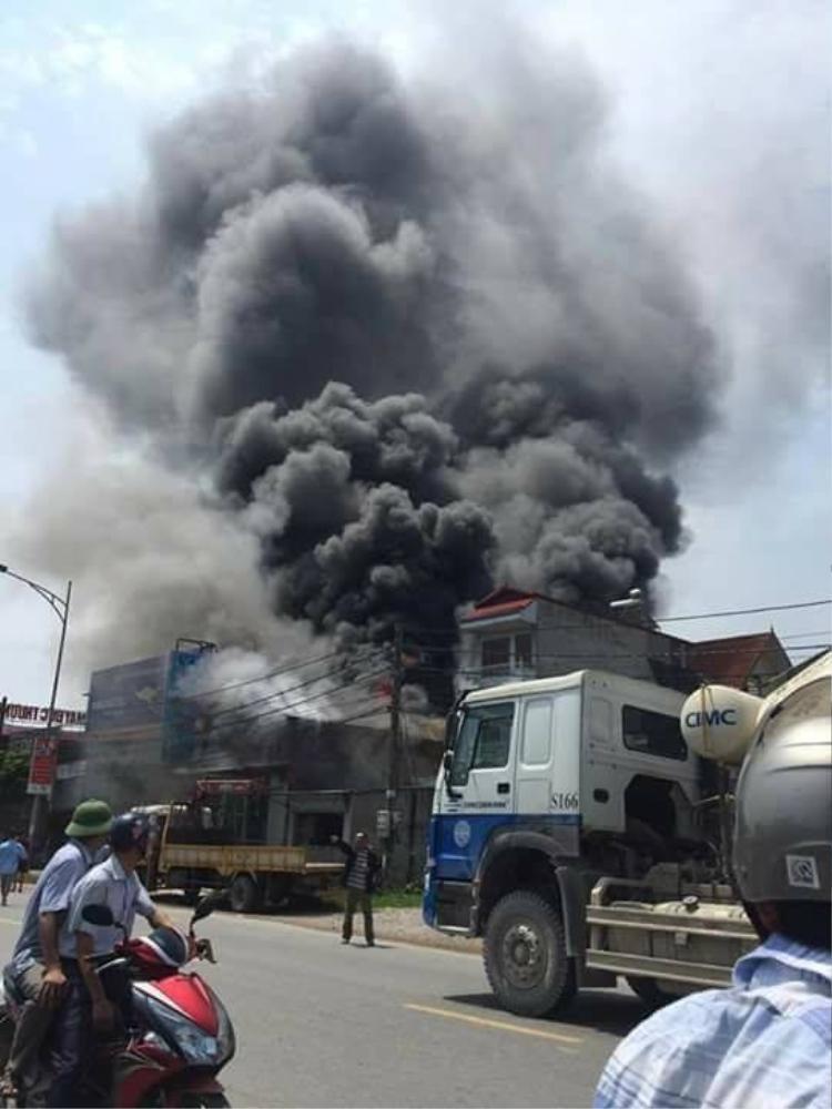Hình ảnh xưởng bánh kẹo trong biển khói lửa.