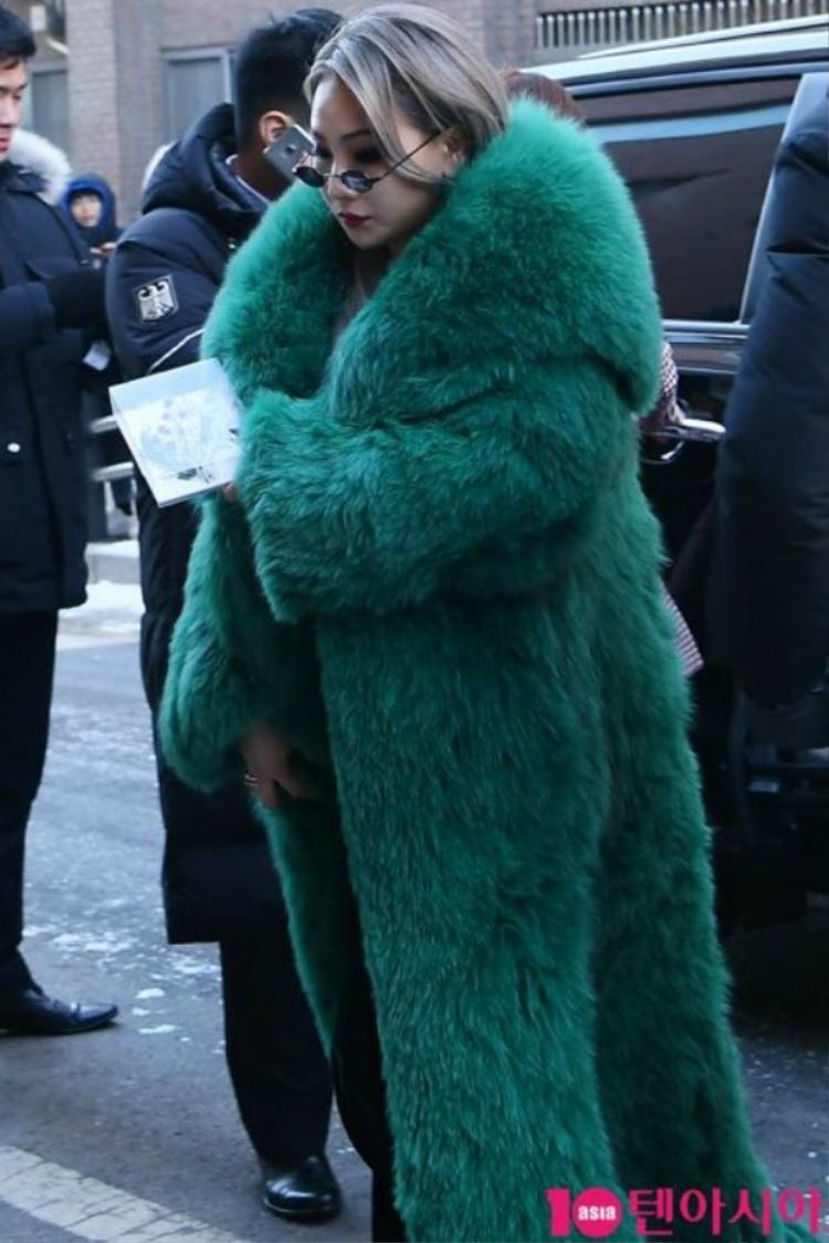 CL sang chảnh trên thảm đỏ với trang phục cầu kì, bắt mắt.