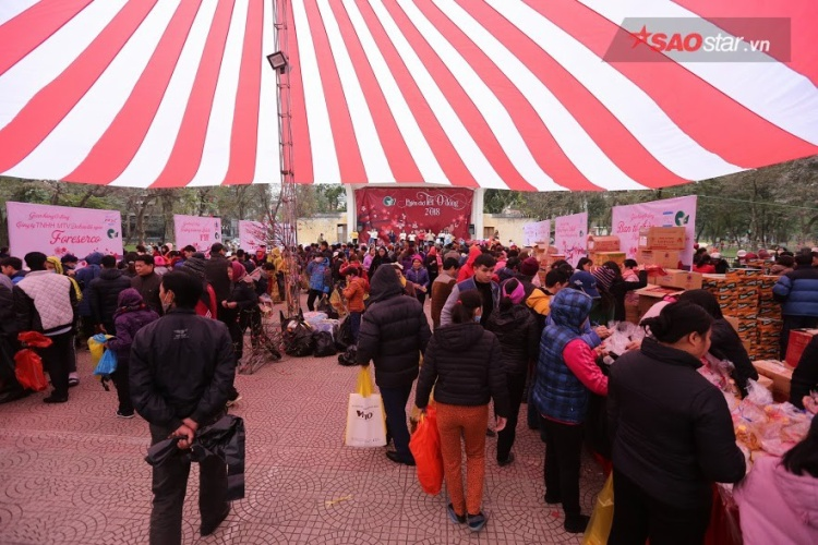 Rất đông người nghèo có mặt tại phiên chợ Tết 0 đồng.
