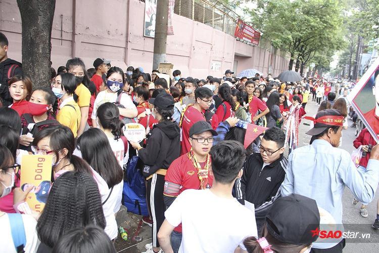 Sân Thống Nhất: Fan xếp hàng dài cả km hò hét đòi mở cửa giao lưu U23 VN